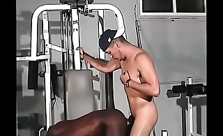 Black and white gay hunks with fit bodies fuck in the gym