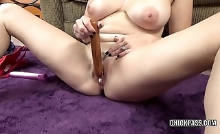 Curvy wife Melanie Hicks is getting off with her dildos