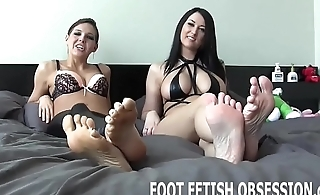 Jerk your cock while you worship my feet